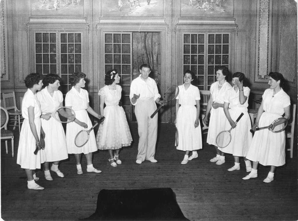 Marinus Joosen omringd door een aantal lieftallige dames van het ballet.